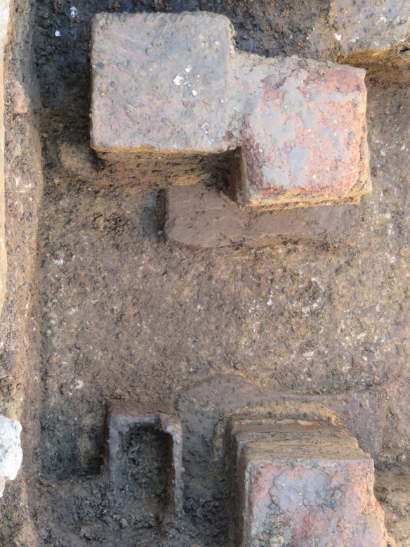 Three pilae with a box flue tile (bottom left of the picture) the lovely hard mortar floor inbetween